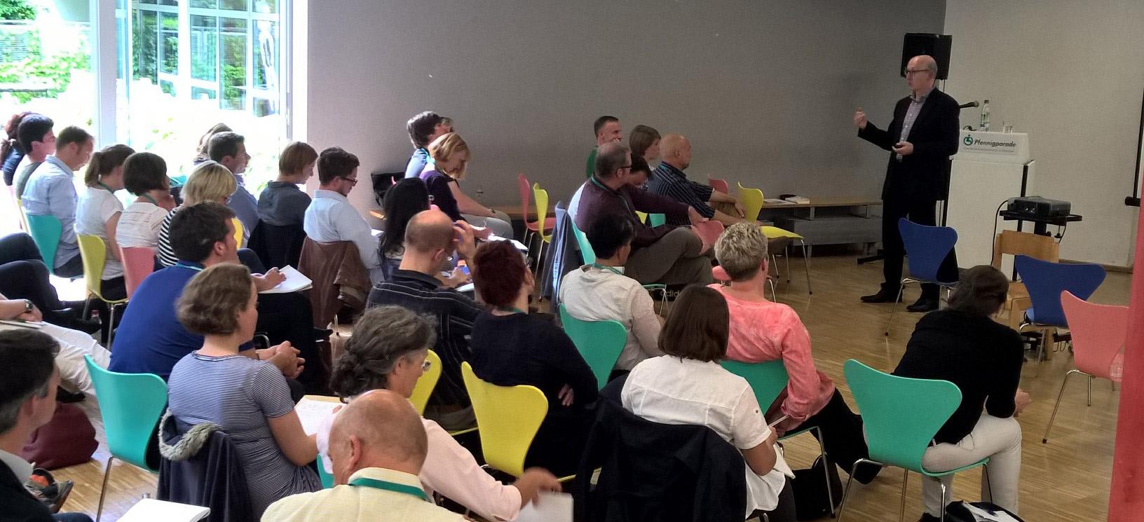 Jahrestreffen: Teilnehmer hören dem Referenten zu